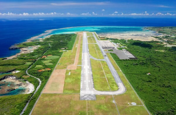 下地島空港の滑走路は3000メートルある(PDエアロスペース提供)