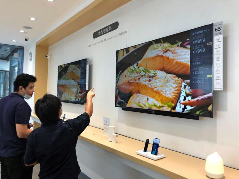 ファーウェイは自前のOSを搭載したテレビをすでに販売している(広東省広州市の販売店)