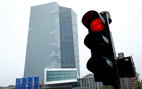 デフレのリスクやユーロ高に直面する欧州中央銀行(ECB)本店=ロイター