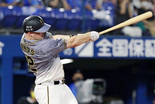七回1死一塁、サンズが左中間に逆転2ランを放つ(10日、横浜)=共同