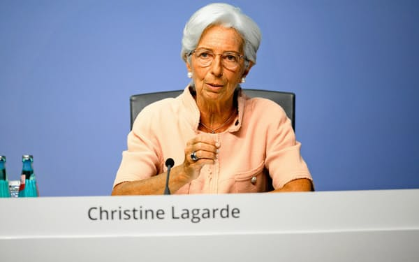 記者会見する欧州中央銀行(ECB)のラガルド総裁=ECB提供
