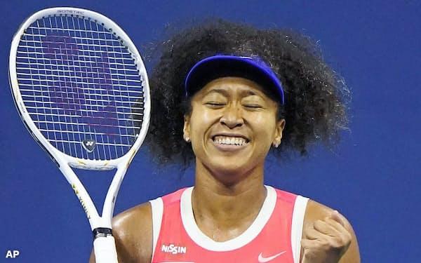 女子シングルスで2年ぶりの決勝進出を果たし、喜ぶ大坂なおみ(10日、ニューヨーク)=AP