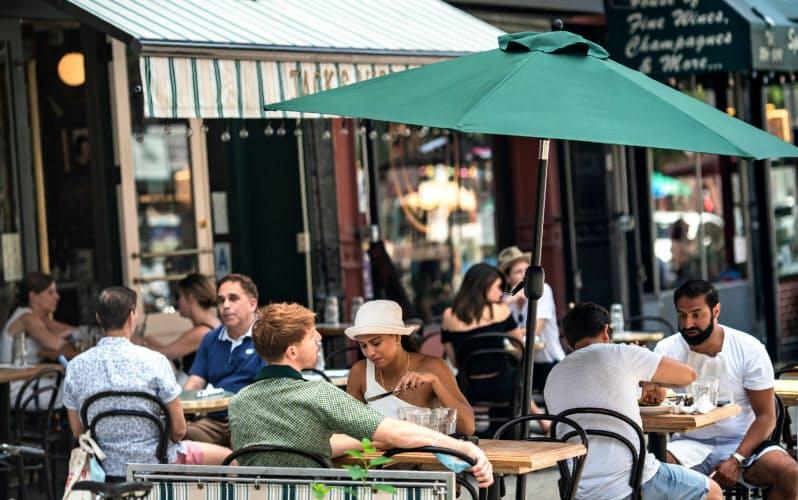 コロナ禍で屋内での飲食提供が禁じられたニューヨーク市内のレストランは、屋外営業や持ち帰りサービスへの業態転換に活路を求めた=ロイター