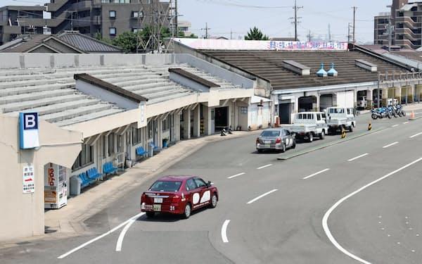 鳴海球場の跡地につくられた名鉄自動車学校には、スタンドの一部が今も残る(名古屋市緑区)