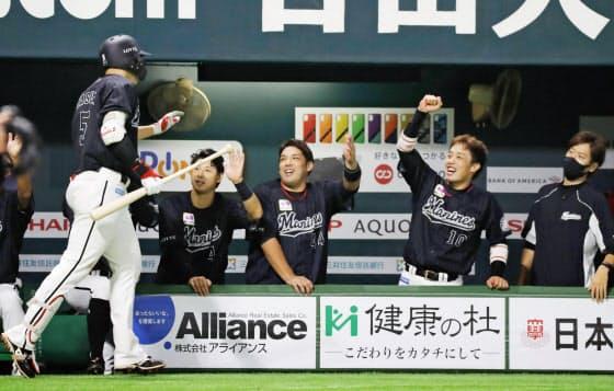ロッテの新4番・安田(左端)はチーム挙げての後押しに勇気づけられている=共同