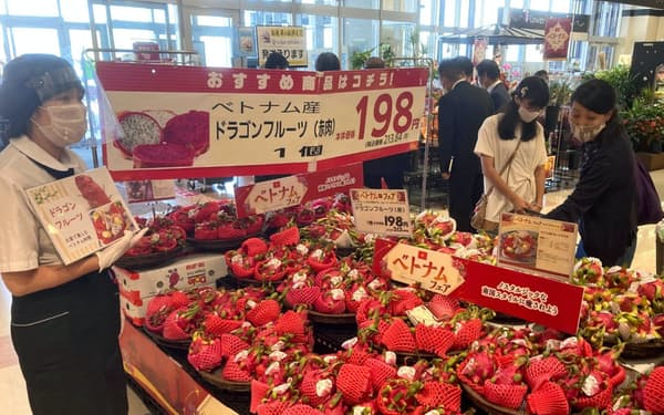 輸入食材などの特設売り場を設ける(11日、埼玉県越谷市)