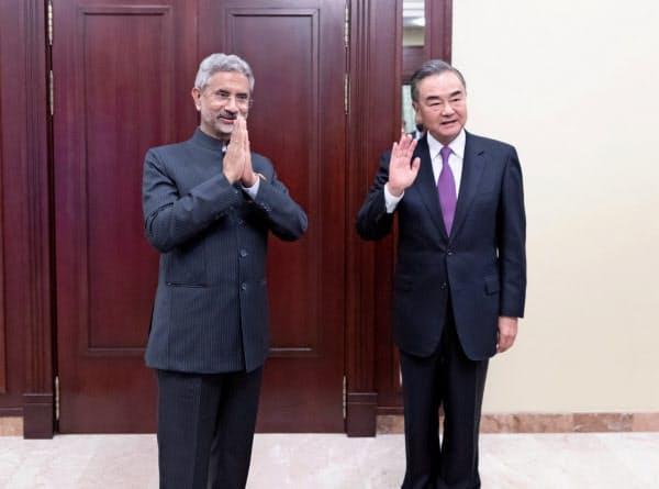 中国の王毅(ワン・イー)外相(右)とインドのジャイシャンカル外相はインド北部での緊張緩和を探る(10日、モスクワ)=ロイター