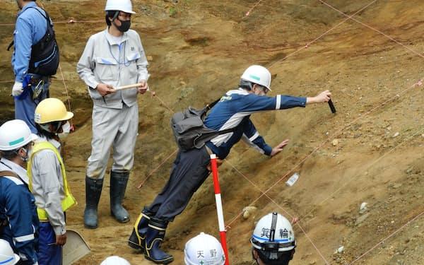 泊原発を現地調査する規制委(11日、北海道泊村)