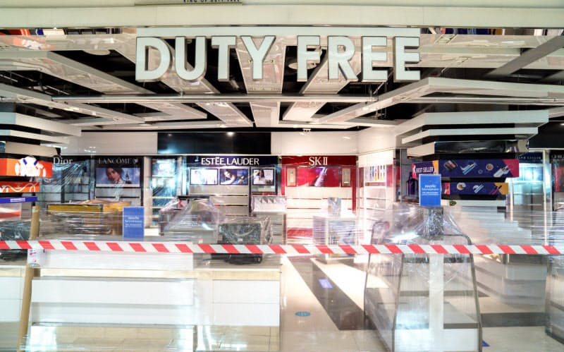 新型コロナウイルスの影響で旅客数が激減し、免税品店など空港小売業の経営は厳しい=ロイター