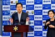 記者会見で質問に答える達増知事(11日、岩手県庁)