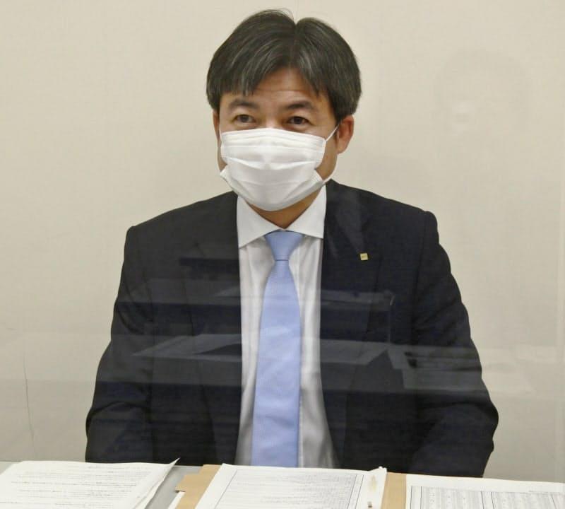 2020年2~7月期の連結決算を発表する三井ハイテックの三井康誠社長(11日、北九州市)