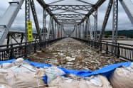 山形県は豪雨被害の対応などに9月補正予算案を組んだ(山形県大石田町の通行止めになった最上川の橋)