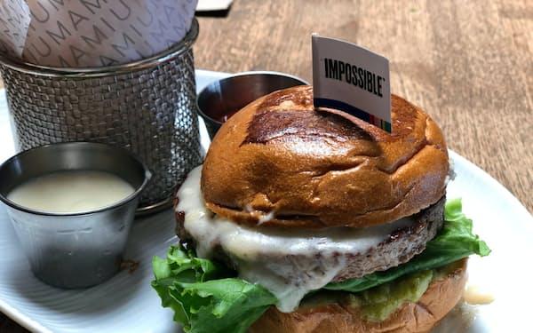 米国では植物肉バーガーなどが食べられる飲食店が珍しくない。米インポッシブル・フーズ(カリフォルニア州)がパティを供給する「Umamiバーガー」も人気だ。
