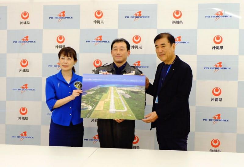 都内で記者会見を開いた宇宙飛行士の山崎氏、PDエアロスペースの緒川社長(中央)、HISの沢田会長兼社長