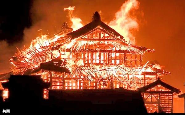 激しく炎上し崩れ落ちる首里城の正殿(2019年10月31日午前4時30分ごろ、那覇市、近隣住民撮影)=共同