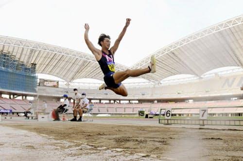 男子走り幅跳び 8メートル29で優勝した橋岡優輝(11日、デンカビッグスワンスタジアム)=共同