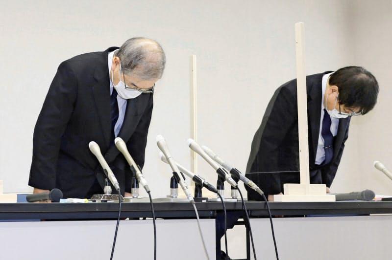 記者会見で謝罪する、三重大医学部付属病院の伊佐地秀司病院長(左)ら(11日午後、津市の三重大学)=共同