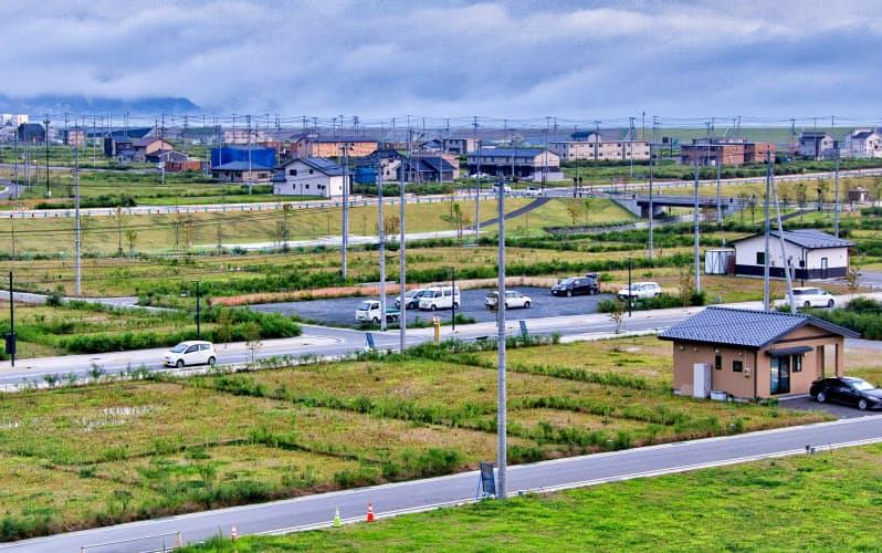 震災から9年半が過ぎても空き地が目立つ高田地区のかさ上げ地(岩手県陸前高田市)