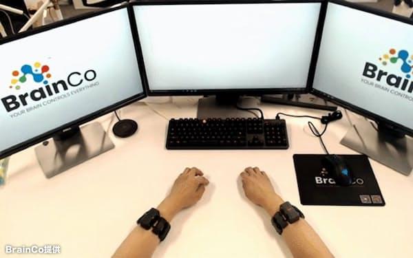 人の脳と機械をつなぐことで「思う」だけで操作できるようになる(BrainCo提供)