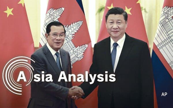 カンボジアはわずか半年間の交渉で、中国とのFTAに合意した(20年2月、訪中して習近平国家主席=右=と会談したフン・セン首相)=新華社提供・AP