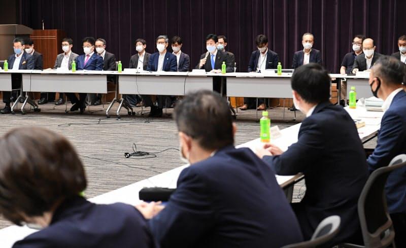 東京都千代田区で開かれた新型コロナウイルス感染症対策分科会(11日)