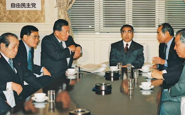 自民党役員会に臨む小渕首相(左から4人目)と森幹事長(左から3人目)ら党執行部(1999年11月、国会内)