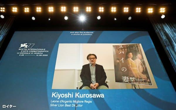 第77回ベネチア国際映画祭で「スパイの妻」の黒沢清監督が監督賞(銀獅子賞)に選ばれた=ロイター