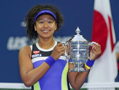 テニスの全米オープン女子シングルスで2年ぶり2度目の優勝を果たし、トロフィーを手に笑顔の大坂なおみ(12日、ニューヨーク)=AP