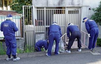 遺体が見つかった現場を調べる警察官(8日、熊本市中央区)=共同