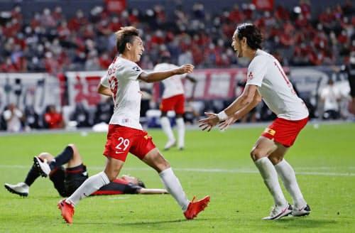札幌―浦和 試合終了間際、決勝ゴールを決め、駆けだす浦和・柴戸。右は杉本(13日、札幌ドーム)=共同