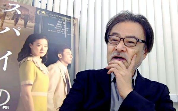 オンラインで記者会見する黒沢清監督(13日、東京都内)=共同