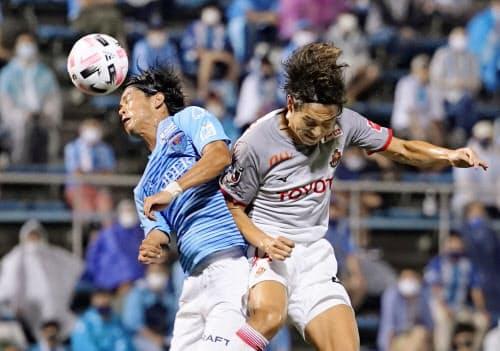 横浜FC―名古屋 前半、競り合う横浜FC・田代(左)と名古屋・金崎(13日、ニッパツ)=共同