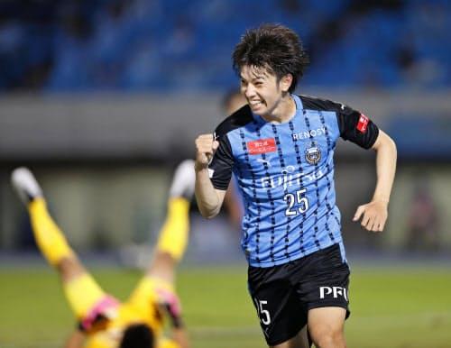 川崎―広島 後半、自身2点目のゴールを決め、ガッツポーズの川崎・田中(13日、等々力)=共同