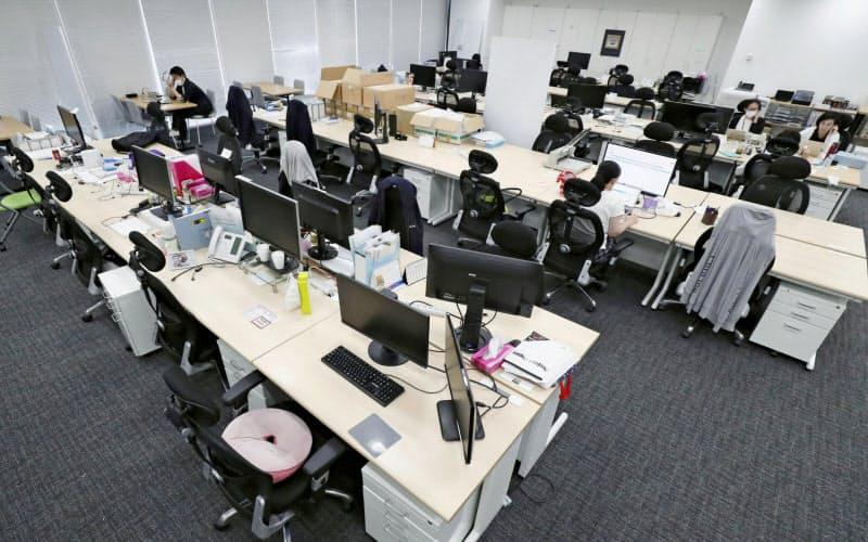 出社する社員と在宅勤務者が混じった職場をどう運営するかは重要で緊急性の高い課題だ=共同