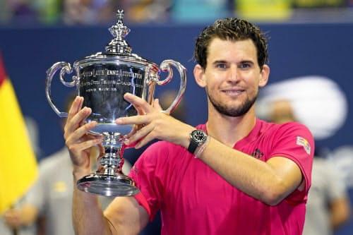 男子シングルス決勝でアレクサンダー・ズベレフを破って優勝しトロフィーを掲げるドミニク・ティエム。四大大会初制覇を果たした(13日、ニューヨーク)=AP