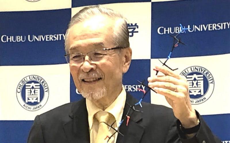 アミノ酸の分子模型を手にした山本尚・中部大学教授