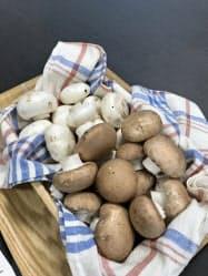 八幡平マッシュルームはブラウンとホワイトの2種類がある