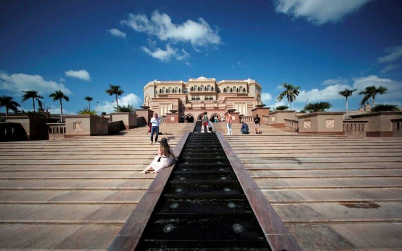 イスラエルとの国交正常化の合意を受け、アブダビのホテル「エミレーツ・パレス」もイスラエル人観光客を迎える準備を進める=ロイター