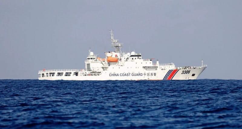 南シナ海の海上をパトロールする中国海警局の船(2017年4月)=ロイター