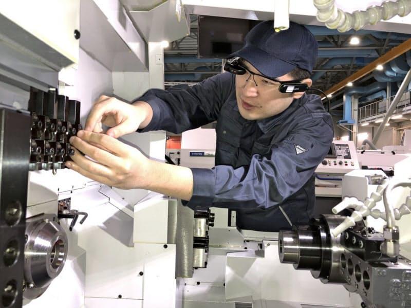 メガネ型カメラを活用し、講師が受講生の様子を確認する