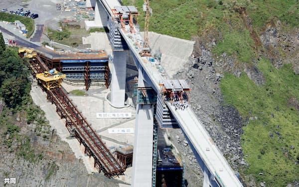 熊本地震で崩落し、架け替え工事で橋桁が接続した阿蘇大橋(14日午前、熊本県南阿蘇村)=共同