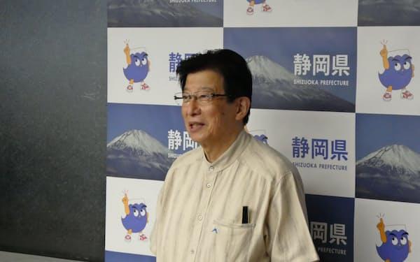 自民党の菅総裁選出を受けて取材に応じた静岡県の川勝平太知事