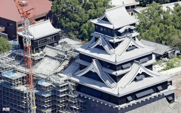 内部が報道陣に公開された熊本城大天守(右)((14日、熊本市)=共同