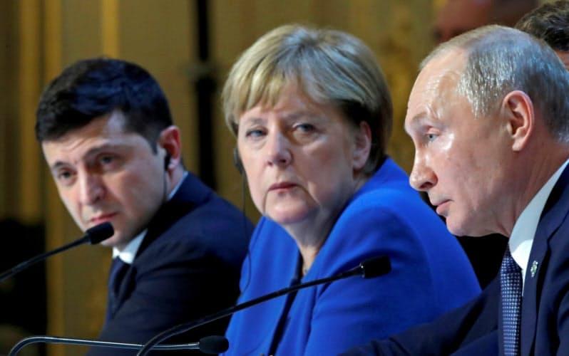 ドイツのメルケル首相(中央)とロシアのプーチン大統領は長期にわたり首脳同士の関係を続けてきた(2019年12月、パリ)=ロイター