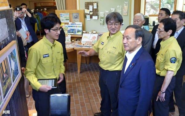 北海道弟子屈町で国立公園の外国人観光客を増やす取り組みを視察する菅官房長官(手前右)