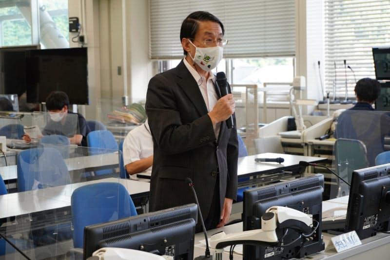 14日に開いた鳥取県の新型コロナ対策本部会議で説明する平井知事