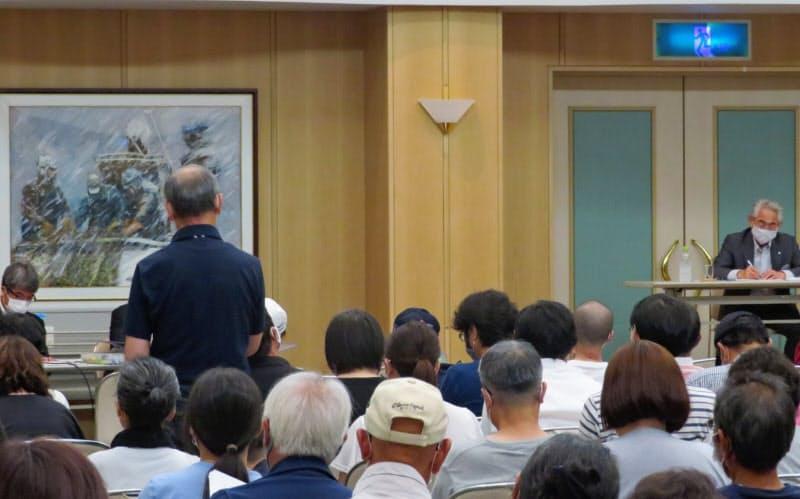 北海道寿都町で開かれた「核のごみ」説明会で意見を述べる男性町民(10日夜)