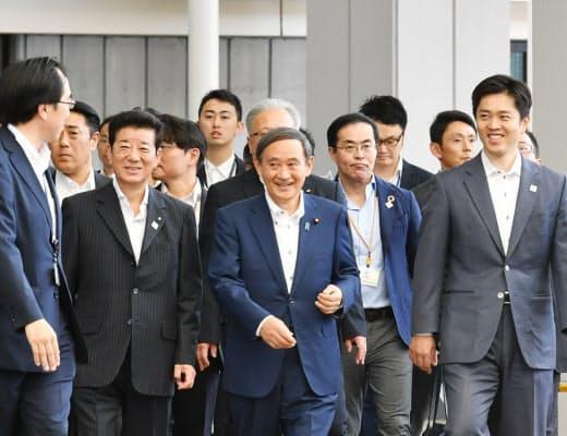 G20大阪サミットの会場を視察する菅氏と吉村知事(手前右)、松井市長(手前左)(2019年6月、大阪市)