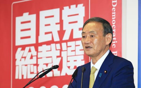 記者会見する自民党の菅新総裁(14日、自民党本部)