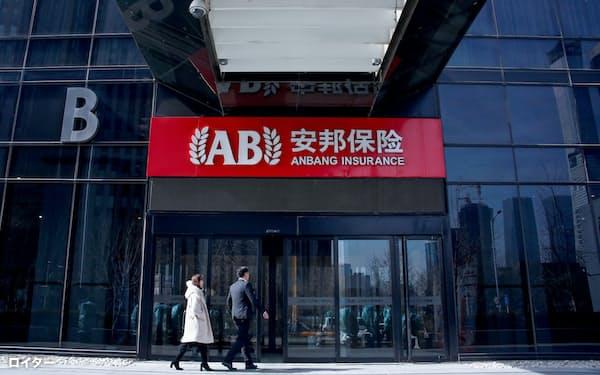 安邦保険は中国内外で大規模な企業買収を繰り返していた(2018年2月、北京)=ロイター
